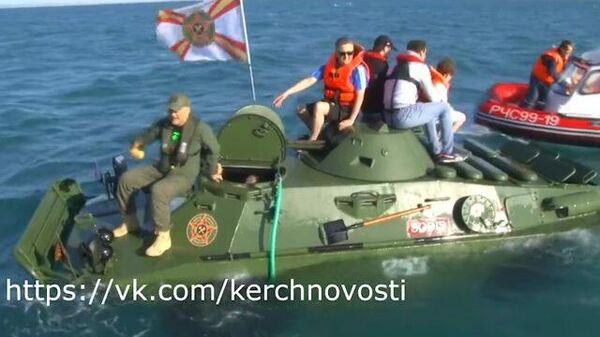 Эвакуация с затонувшего в Керченском проливе бронетранспортера