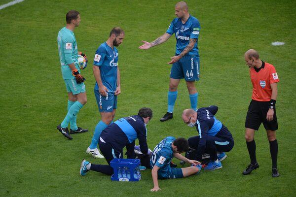 Медицинская бригада оказывает помощь игроку Зенита Вячеславу Караваеву