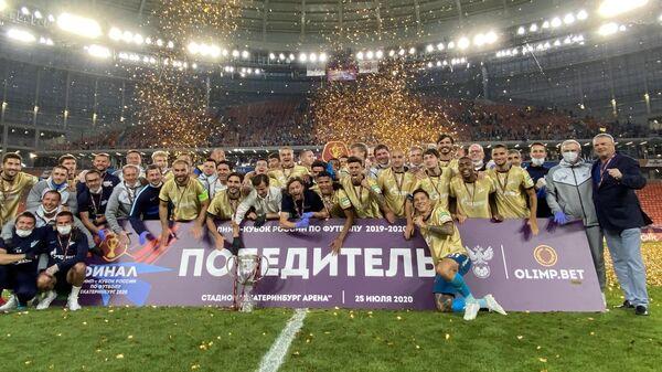 Игроки и тренеры Зенита на церемонии награждения победителей Кубка России
