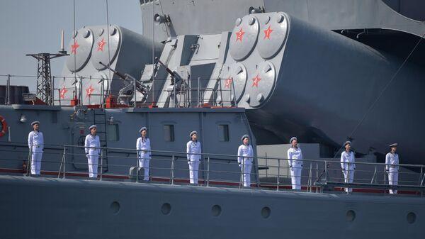 Моряки на репетиции парада в Кронштадте в честь Дня ВМФ