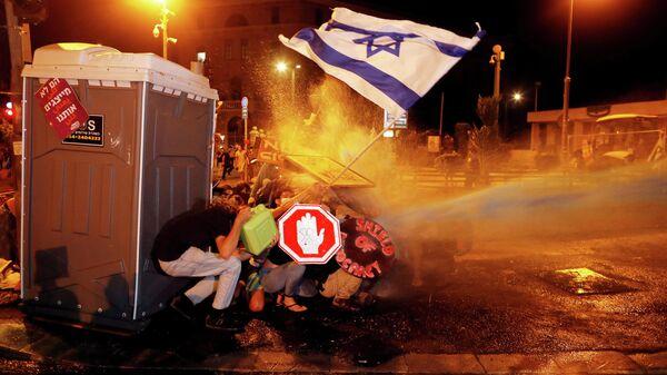 Полиция использует водомет во время акции протеста в Израиле