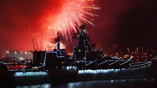 Салют во Владивостоке в честь Дня Военно-морского флота