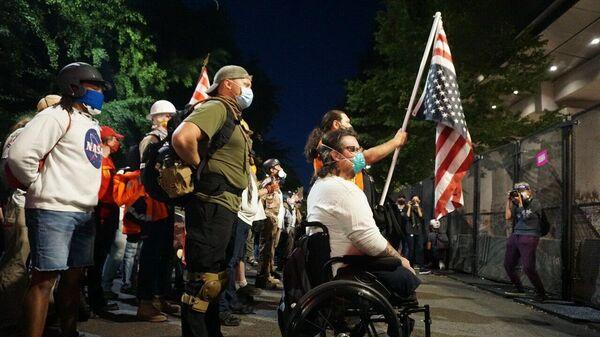 Участники акции протеста у здания суда в Портленде
