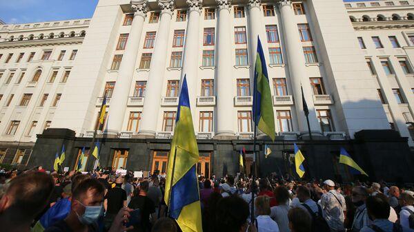 Участники акции в Киеве против перемирия на Донбассе