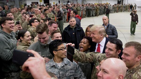 Президент США Дональд Трамп на военной авиабазе Рамштайн, Германия