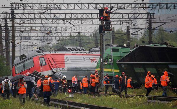 Электровозы грузовых составов, сошедшие с рельсов после столкновения на станции Купчинская во Фрунзенском районе Санкт-Петербурга