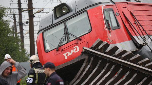 Электровоз грузового состава, сошедший с рельсов после столкновения на станции Купчинская во Фрунзенском районе Санкт-Петербурга