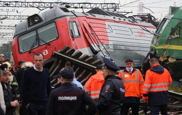 Электровозы грузовых составов, сошедшие с рельсов после столкновения, на станции Купчинская во Фрунзенском районе Санкт-Петербурга