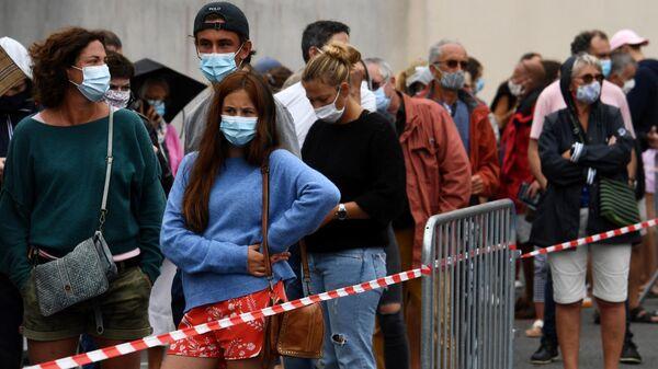 Очередь на сдачу теста на коронавирус в Кибероне, Франция