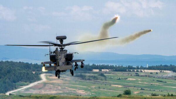 Американский ударный вертолет CAB AH-64 Apache во время учений в Германии
