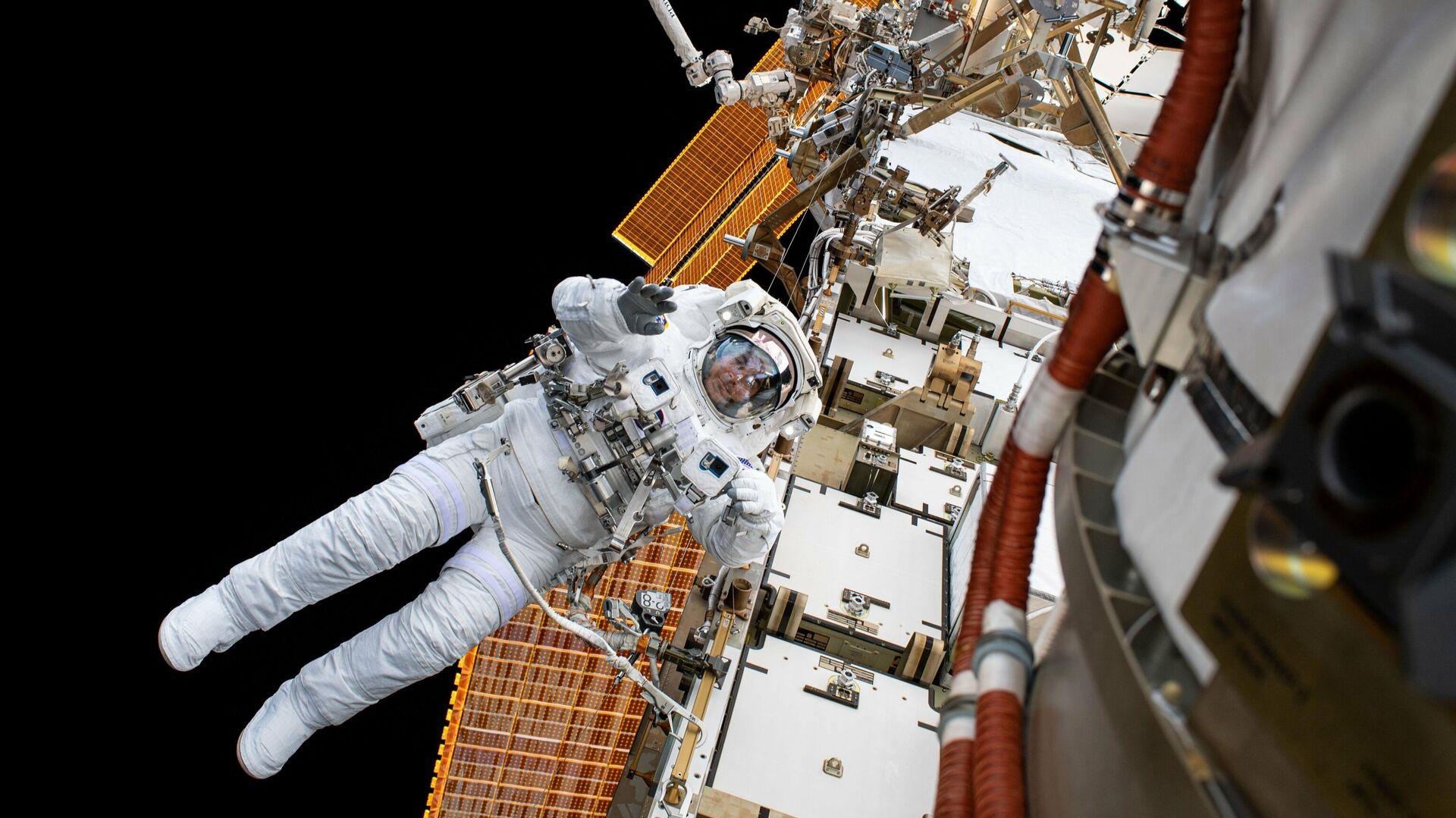 Астронавт НАСА Крис Кэссиди во время планового выхода в открытый космос для модернизации системы электропитания станции - РИА Новости, 1920, 13.10.2020