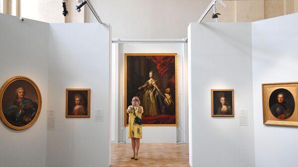 Посетительница на выставке Федор Рокотов. Собрание Исторического музея в ГИМ