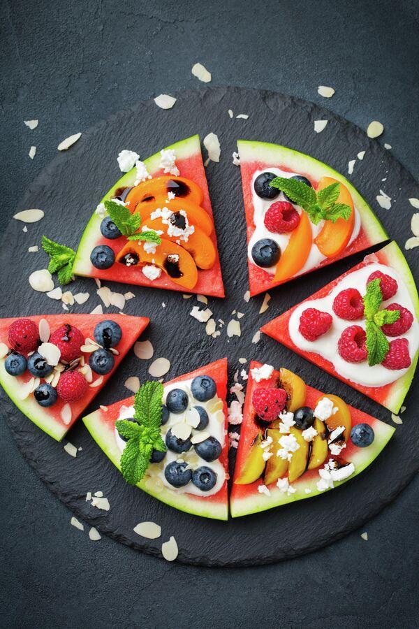 Арбузная пицца с ягодами и фруктами