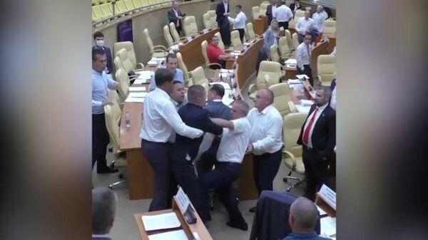 Кадры драки депутатов в заксобрании Ульяновской области