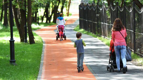 Женщины с колясками в Грачевском парке