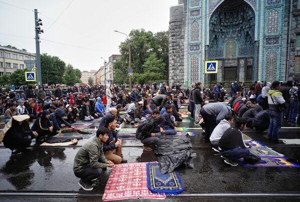 Мусульмане во время праздничной коллективной молитвы у Соборной мечети Санкт-Петербурга