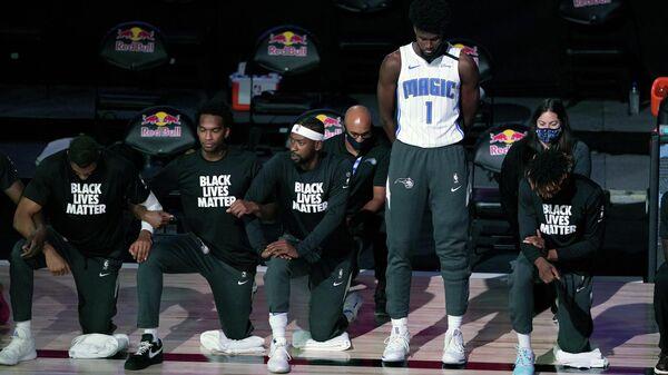 Баскетболист Орландо Мэджик Джонатан Айзек с одноклубниками перед матчем НБА с Бруклин Нетс