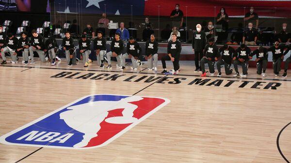 Команда НБА Сан Антонио Сперс перед игрой с Сакраменто Кингз
