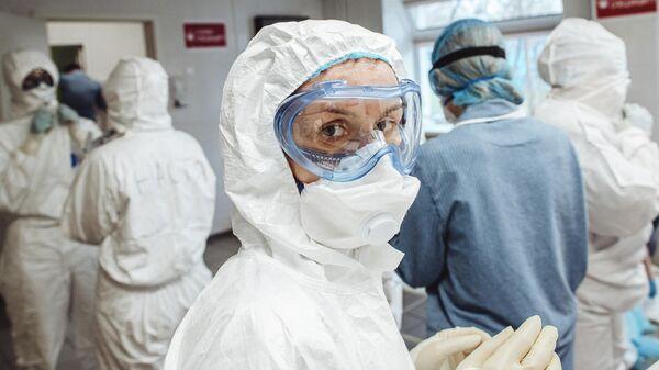 Фотографии в проекте RT Эпидемия с Антоном Красовским, посвященные борьбе медиков с коронавирусной инфекцией в России