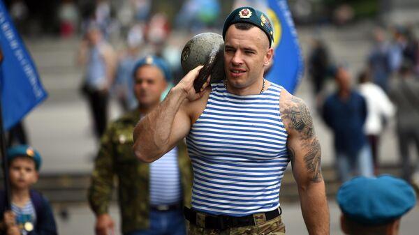 Десантники на праздновании Дня Воздушно-десантных войск в парке Горького в Москве