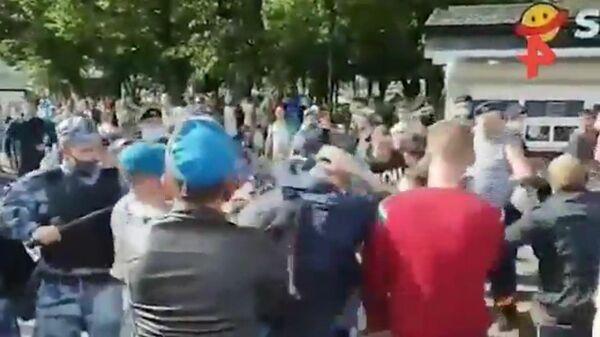 Отмечавшие день ВДВ подрались с росгвардейцами в парке Горького