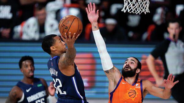 Игровой момент в матче НБА между командами Даллас Мэверикс и Финикс Санз