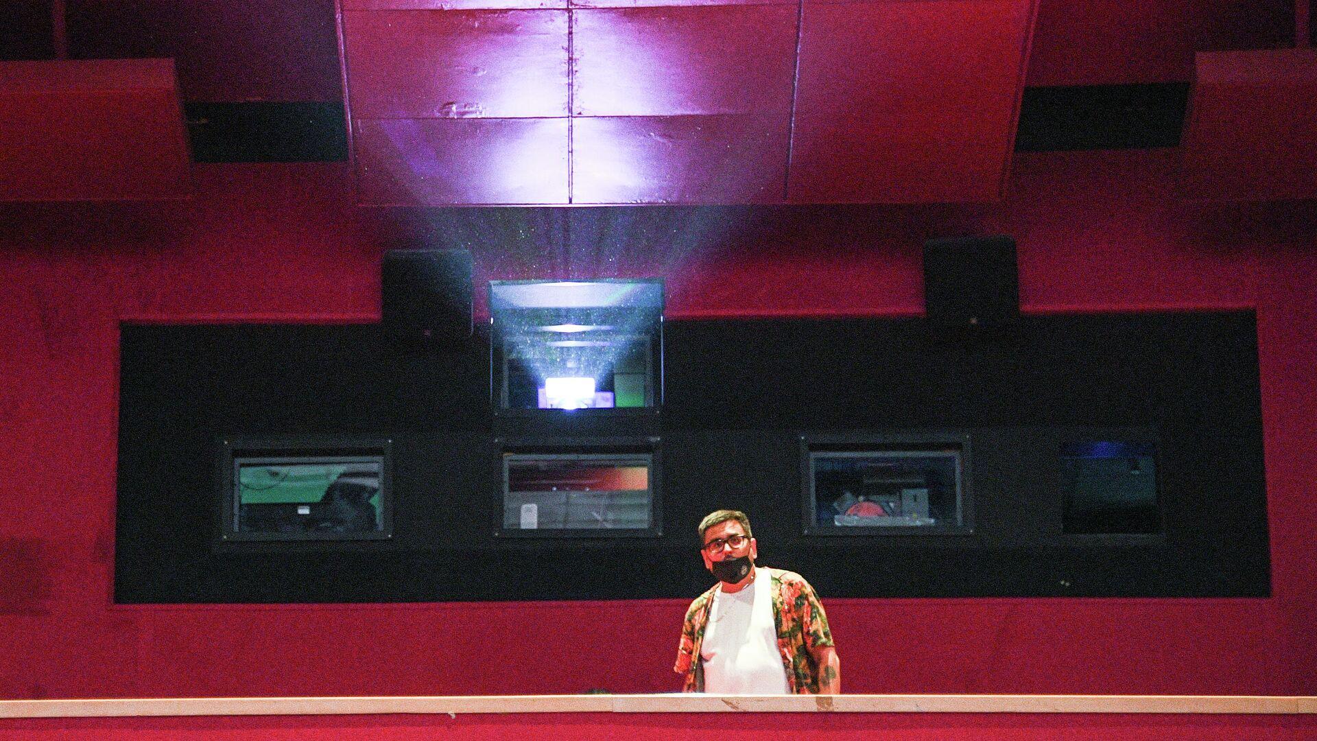 Зритель в зале перед показом фильма в кинотеатре Каро 11 Октябрь в Москве - РИА Новости, 1920, 28.10.2020