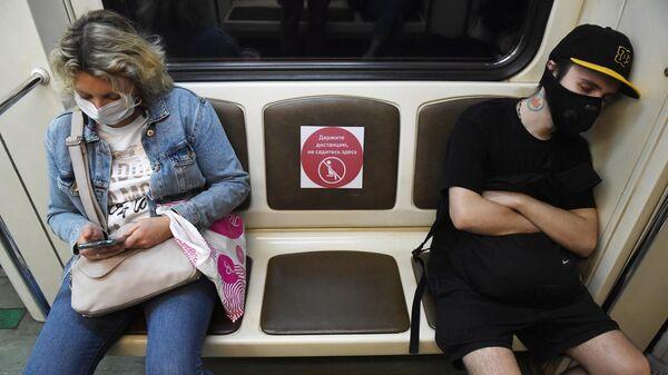 Пассажиры едут в вагоне Московского метрополитена