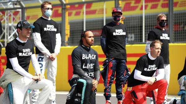 Пилоты Формулы-1 во время преклонения колено, приуроченной в рамках антирасистской акции