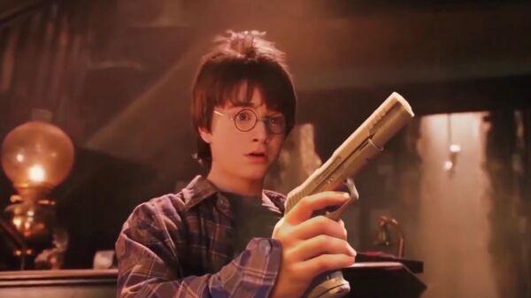 Скриншот трейлера фильма Гарри Поттер и Смертельное оружие, авторы которого заменили в Философском камне волшебные палочки на оружие