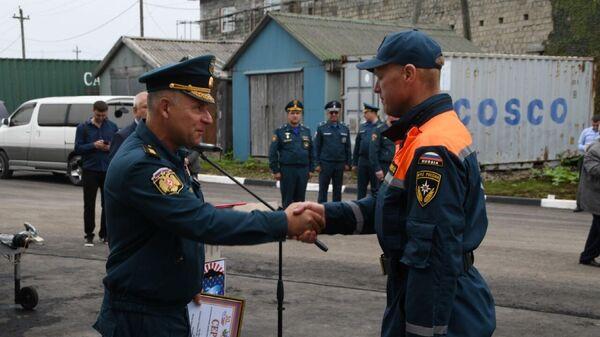 Глава МЧС России Евгений Зиничев во время награждения спасателей в рамках посещения острова Кунашир