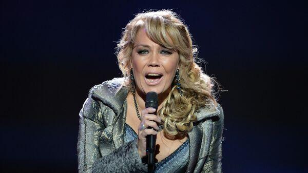 Певица Азиза во время выступления