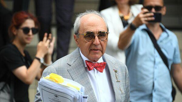 Адвокат семьи погибшего Сергея Захарова Александр Добровинский у здания Пресненского городского суда города Москвы