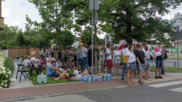 Люди выстраиваются в очередь у посольства Белоруссии в Варшаве, чтобы проголосовать во время президентских выборов