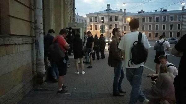 Петербург: Не успевшие проголосовать остаются у отделения белорусского посольства