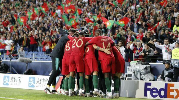 Футболисты сборной Португалии празднуют гол в ворота соперника