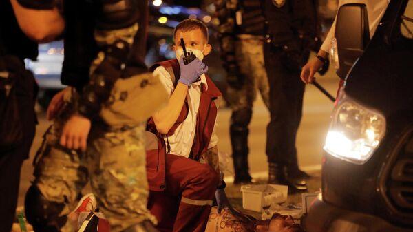 Скорая оказывает помощь пострадавшим в ходе протестов в Минске