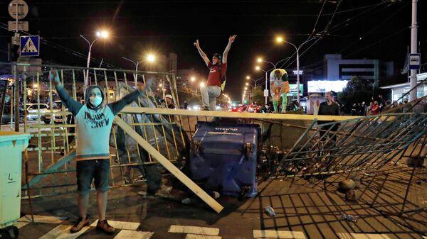Люди на митинге после президентских выборов в Минске, Беларусь, 11 августа 2020