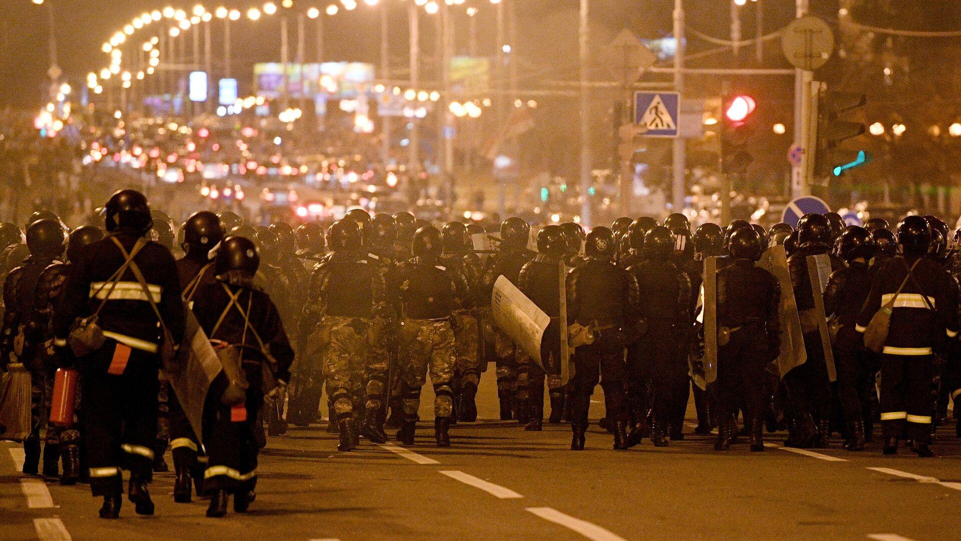 Сотрудники правоохранительных органов во время акции протеста в Минске - РИА Новости, 1920, 11.08.2020