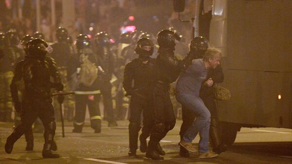 Сотрудники правоохранительных органов задерживают участника акции протеста в Минске