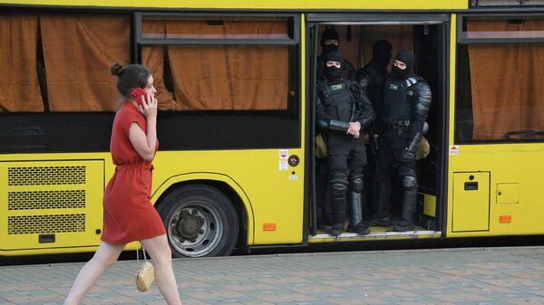 Сотрудники правоохранительных органов в автобусе на одной из улиц в Минске