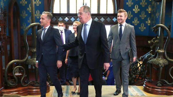 Министр иностранных дел Германии Хайко Маас и министр иностранных дел РФ Сергей Лавров (в центре) перед началом встречи в Москве