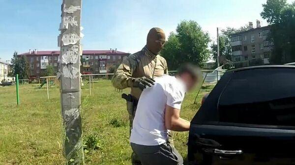 Сотрудники ФСБ Башкирии проводят в задержание по делу о теракте. Стоп-кадр видео