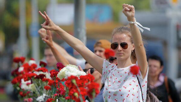 Участники акции протеста на месте, где погиб человек в Минске
