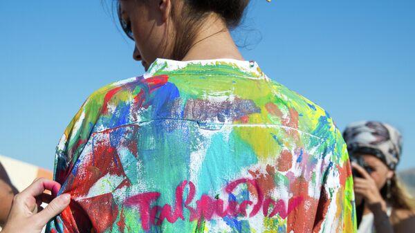 Участница во иммерсивного представления в арт-квартале на фестивале творческих сообществ Таврида-АРТ