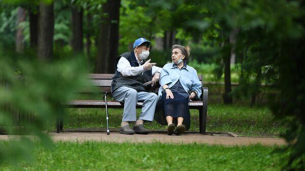 Отдыхающие пенсионеры в парке Сокольники в Москве