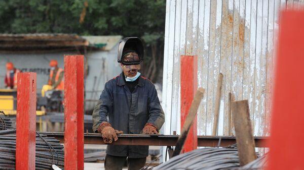 Сотрудник Мостотреста на строительстве участка Северо-Восточной хорды в Москве