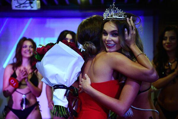 Победительница конкурса красоты и сексуальности Miss MAXIM - 2020 Октябрина Максимова (Великий Новгород) (справа)
