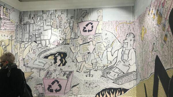 Посетительница на выставке  Перерыв 15 минут. Часть 1 во Всероссийском музее декоративного искусства