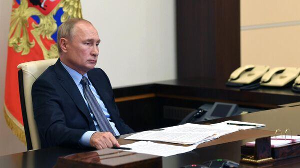 Президент РФ Владимир Путин во время встречи в режиме видеоконференции с временно исполняющим обязанности губернатора Архангельской области Александром Цыбульским